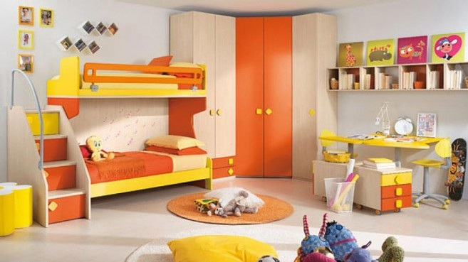 Citris-flavored-Bedroom-with-orange-theme-and-photo-frame-in-the-wall-657x402