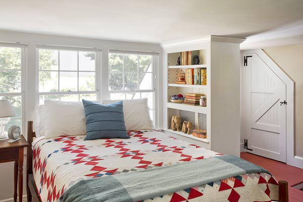farmhouse-bedroom-design-ideas-with-wooden-bed-white-and-red-on-bedroom