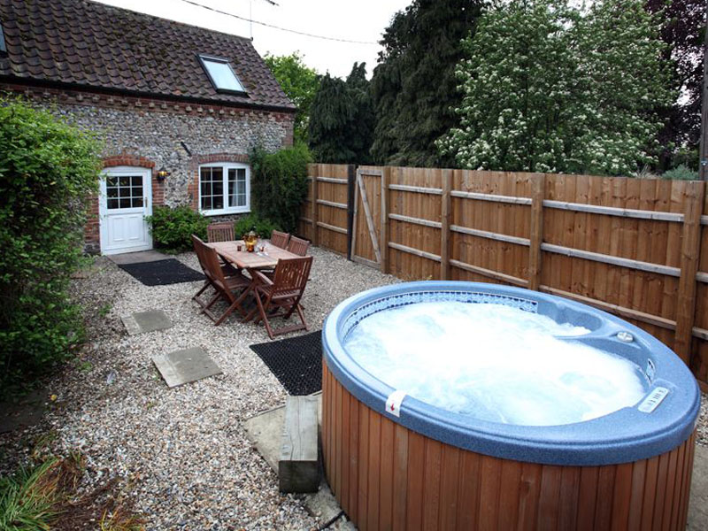 The-Old-Dairy,-Manor-Mews,-Garden-with-Hot-tub
