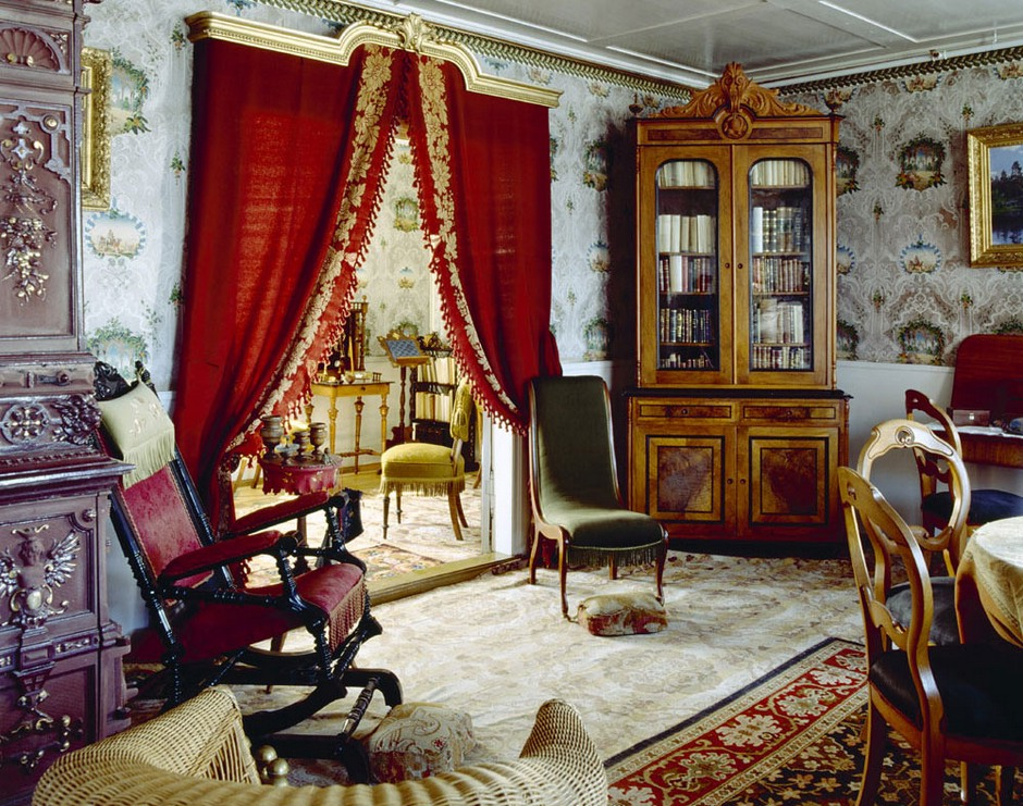 barocco-style-living-room-red-door-curtains-valances