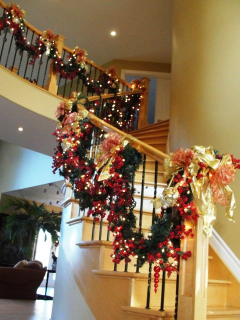 16-Awesome-Christmas-Stairs-Decoration-Ideas-