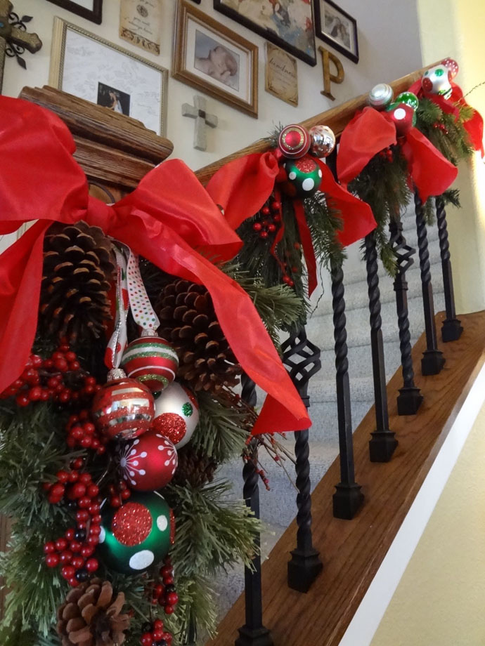 staircase-decoration-for-christmas