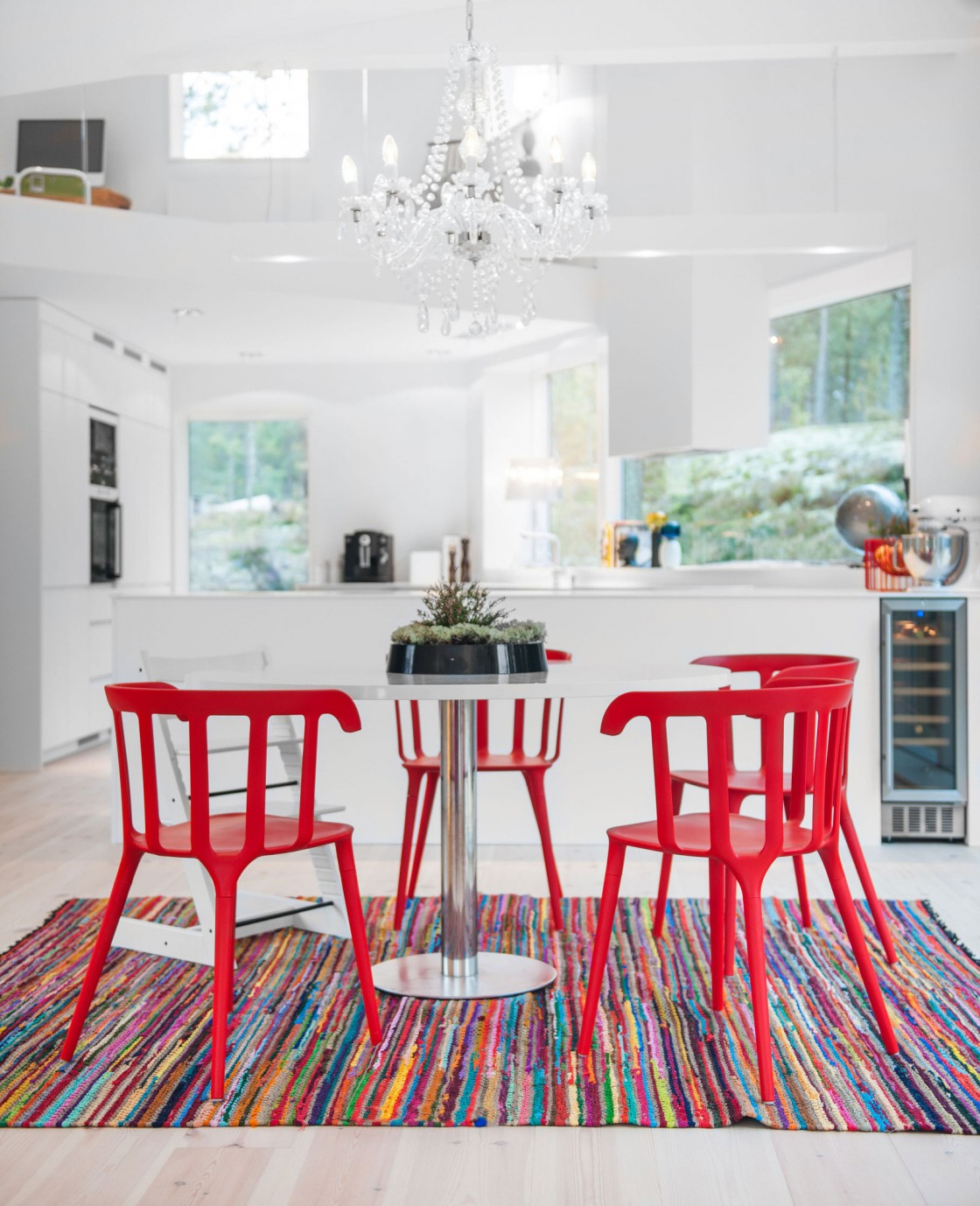 Colorful-Dining-Room-Colors-With-white-and-red-dining-table-and-chair-and-luxurious-chandelier