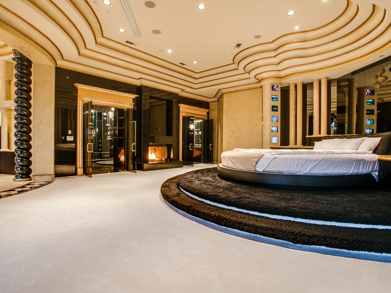 eclectic-master-bedroom-with-tray-ceiling