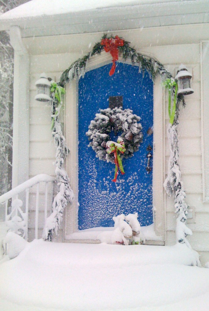 transitional-front-door-christmas-wreath-decoration