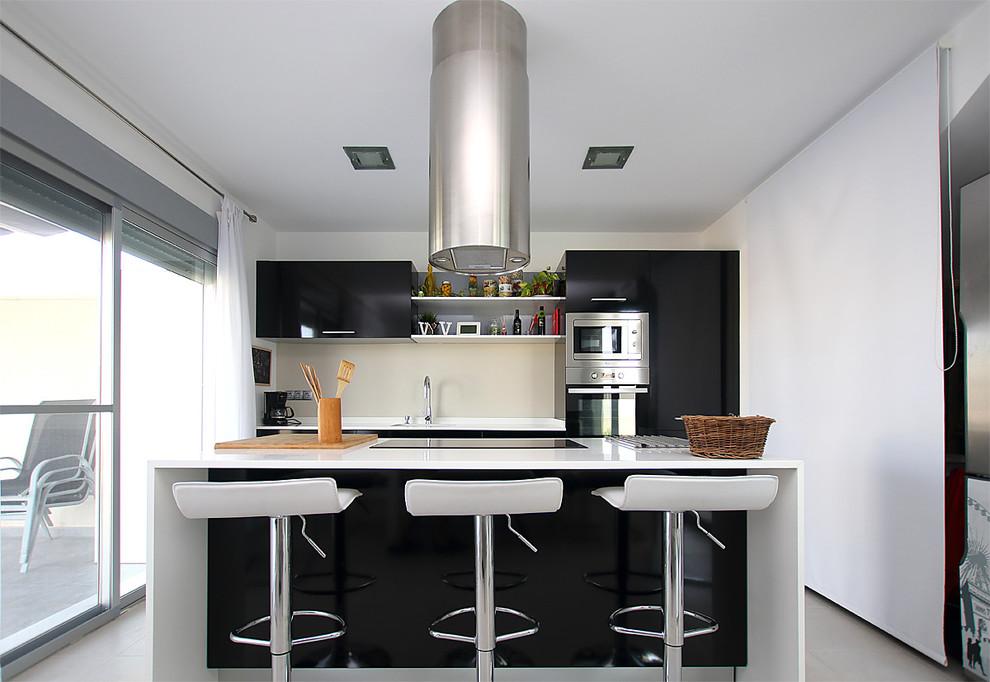 Mid Sized Modern Kitchen