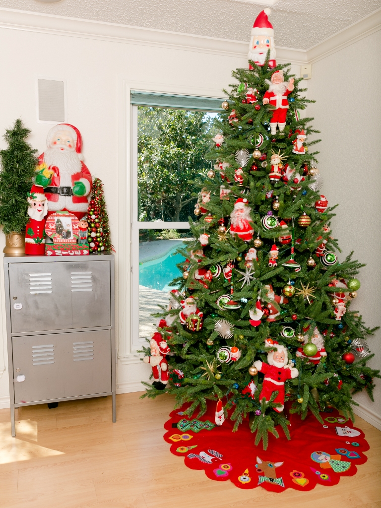 Santa Clauses Galore Christmas Tree Thewowdecor